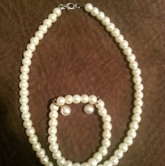 Pearl Jewelry - Pearl necklace bracelet and earrings